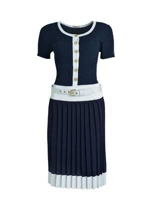 Elegantes Kleid in Dunkelblau mit weißen Details von Apart, um 99 Euro. Über www.apart-fashion.de.