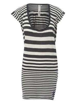 Sommerkleid mit Querstreifen in Schwarz und mit Bündchen von Firetrap, um 70 Euro.
