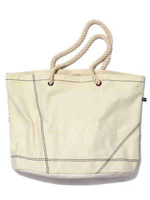 Praktische Strand-Tasche aus hellem Canvas von flip flop, um 40 Euro. Über www.flip-flop.de.