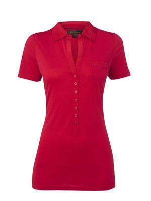 Überlanges, tailliertes Polo-Shirt in leuchtendem Rot von Ben Sherman, um 70 Euro. Über www.bensherman-shop.de.