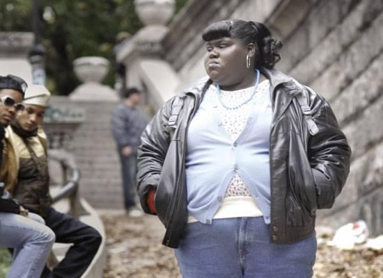 """Gabourey Sidibe spielt im Film """"Precious"""" das Mädchen """"Claireece Precious Jones"""", die bereits mit 16 Jahren am Abgrund ihres Lebens steht. Sie ist zum zweitem mal schwanger, und das von ihrem eigenen Vater. Auch ihre Mutter misshandelt sie. Sie geht in die neunte Klasse und hat gute Noten, bis eines Tages herauskommt: Precious kann weder lesen noch schreiben. Sie wechselt auf eine """"alternative"""" Schule, eine Schule für Lernbehinderte. Dort findet sie in der Lehrerin Miss Rain endlich eine Person, die Precious dazu ermutigt, für ihr Recht und gegen Widerstände zu kämpfen."""