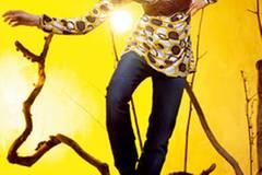 Gelb-braun gemustertes Shirt 19,95 Euro; Jeans 39,95 Euro; von JEANS FRITZ