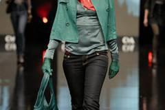 Lederjacke 59 Euro, Satin Top 19 Euro, Tuch 9 Euro, Handschuhe aus echtem Leder 29 Euro;  Tasche aus Synthetic 19 Euro; Jeans 29 Euro; von C&A