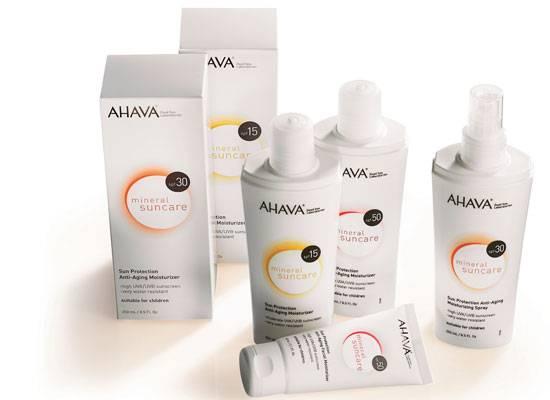AHAVA – mineral suncare     Der Sommer steht quasi vor der Tür, doch wo der Sommer ist, ist der Sonnenbrand nicht weit. Und der tut, wie wir wissen, manchmal höllisch weh. Um den Schmerzen vorzubeugen, bietet Ahava mit der mineral suncare jetzt die 4in1-Sonnenpflege mit Mineralien aus dem Toten Meer an. Die Produkte schützen vor der Sonne, mildern Irritationen, versorgen die Haut mit Feuchtigkeit und beugen mit Anti-Aging-Wirkstoffen vorzeitiger Hautalterung vor. Wir lieben Alles-Könner. Die Produkte gibt es ab ca. 19 Euro.