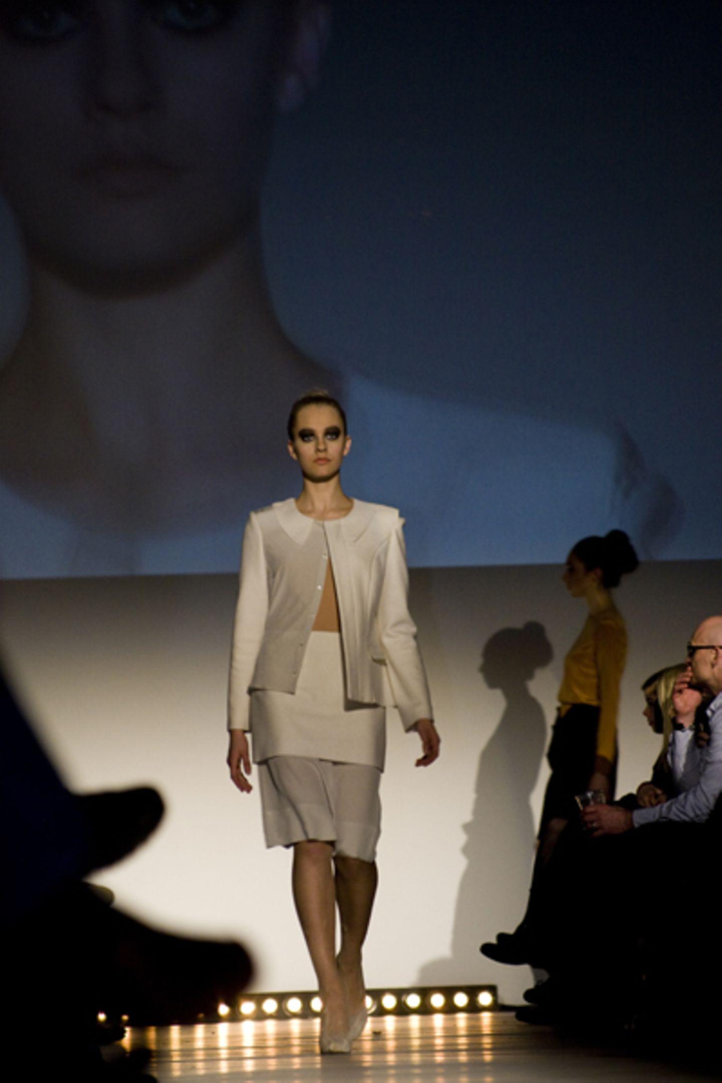 Mel Fuhl: Sein, Werden Ganz unterschiedliche Materialien wie derbe Wolle und feine Seide lässt sie gekonnt miteinander verschmelzen.
