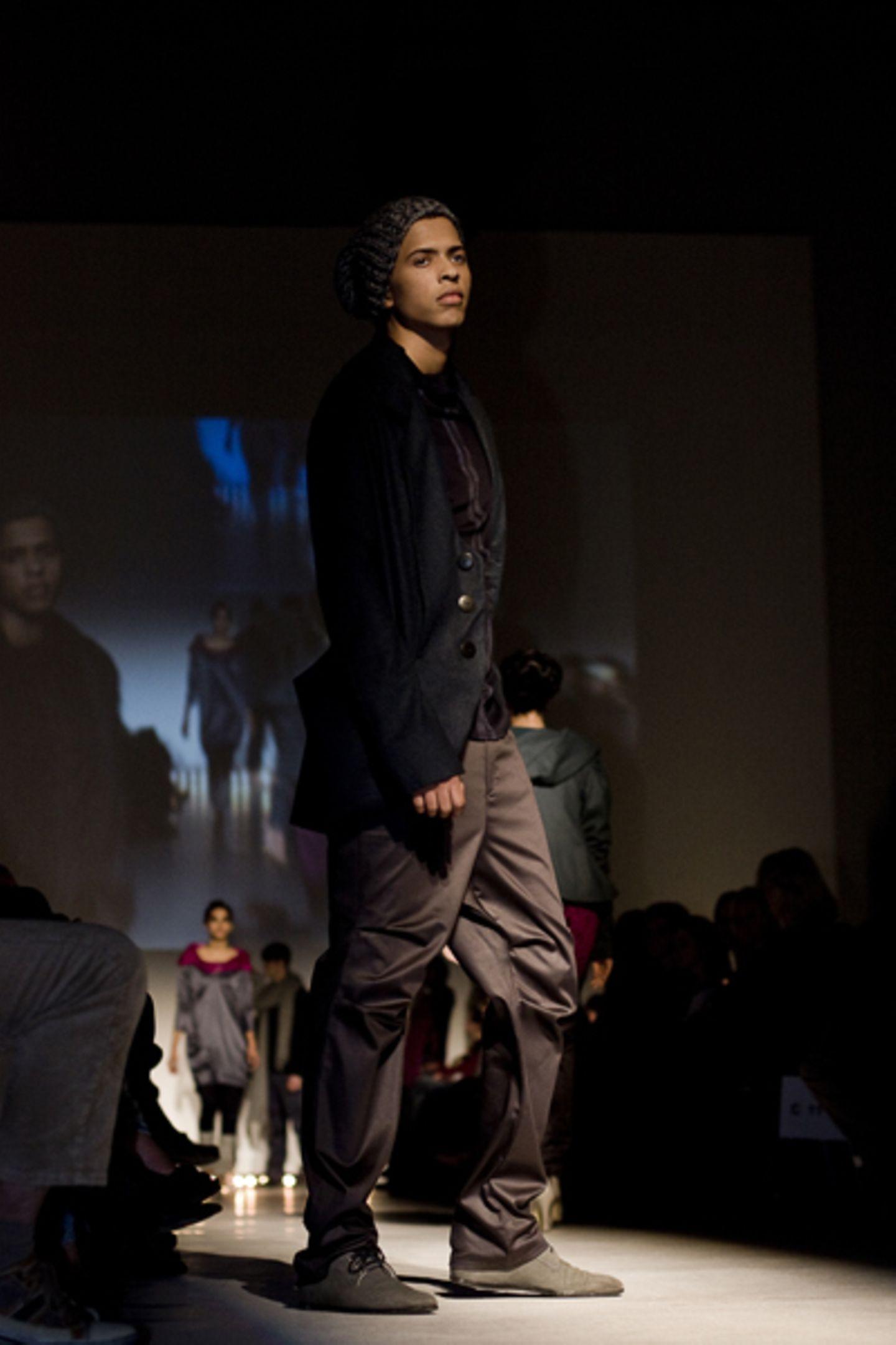 Inken Kunert: Cross-Link 12°S 52°W Inken Kunert hat die traditionelle Körperbemalung der Xingú in einen Kontext zur Urbanität und zur Architektur gestellt. Aufgrund ihres besonderen Kollektionskonzeptes hat Inken vom Goetheinstitut eine Einladung nach Brasilien bekommen, wo sie ihre Kollektion auf einer Fashionshow präsentieren wird.