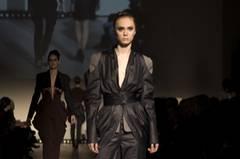 Philipp Reining: ICH-ARMEEN Seine Schnitte betonen die Taille. Viel Schulter plus Jodhpur-Hosen schaffen eine gelungene X-Linie. Sehr feminin!