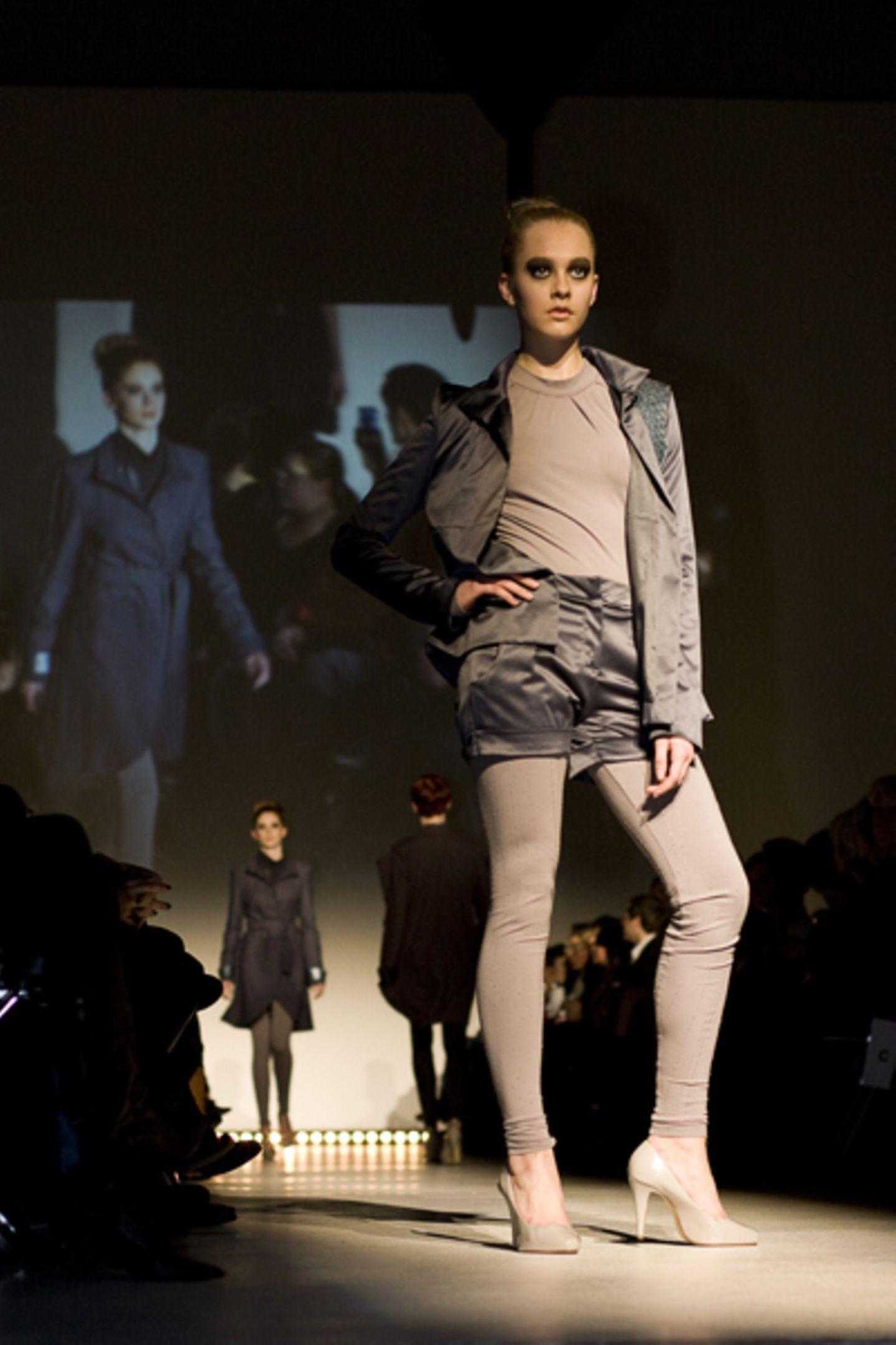 Jessica Cain: TIME_shift Jessica beschäftigt sich in ihrer Kollektion nicht nur mit dem Verhältnis von Vergangenheit, Gegenwart und Zukunft, sondern auch mit dem Zusammenhang zwischen Zukunft und moderner Architektur. Ihr Ziel: Teile aus der futuristischen Architektur tragbar zu machen.