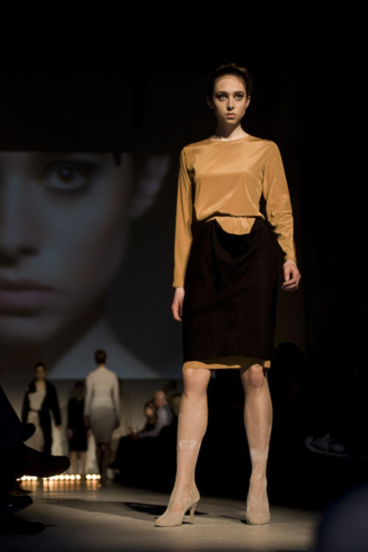 Mel Fuhl: Sein, Werden Die Vergänglichkeit thematisiert Mel Fuhl in ihrer Abschlusskollektion. Mode als etwas Sprunghaftes, Unfertiges, und doch als beständigen Prozess.