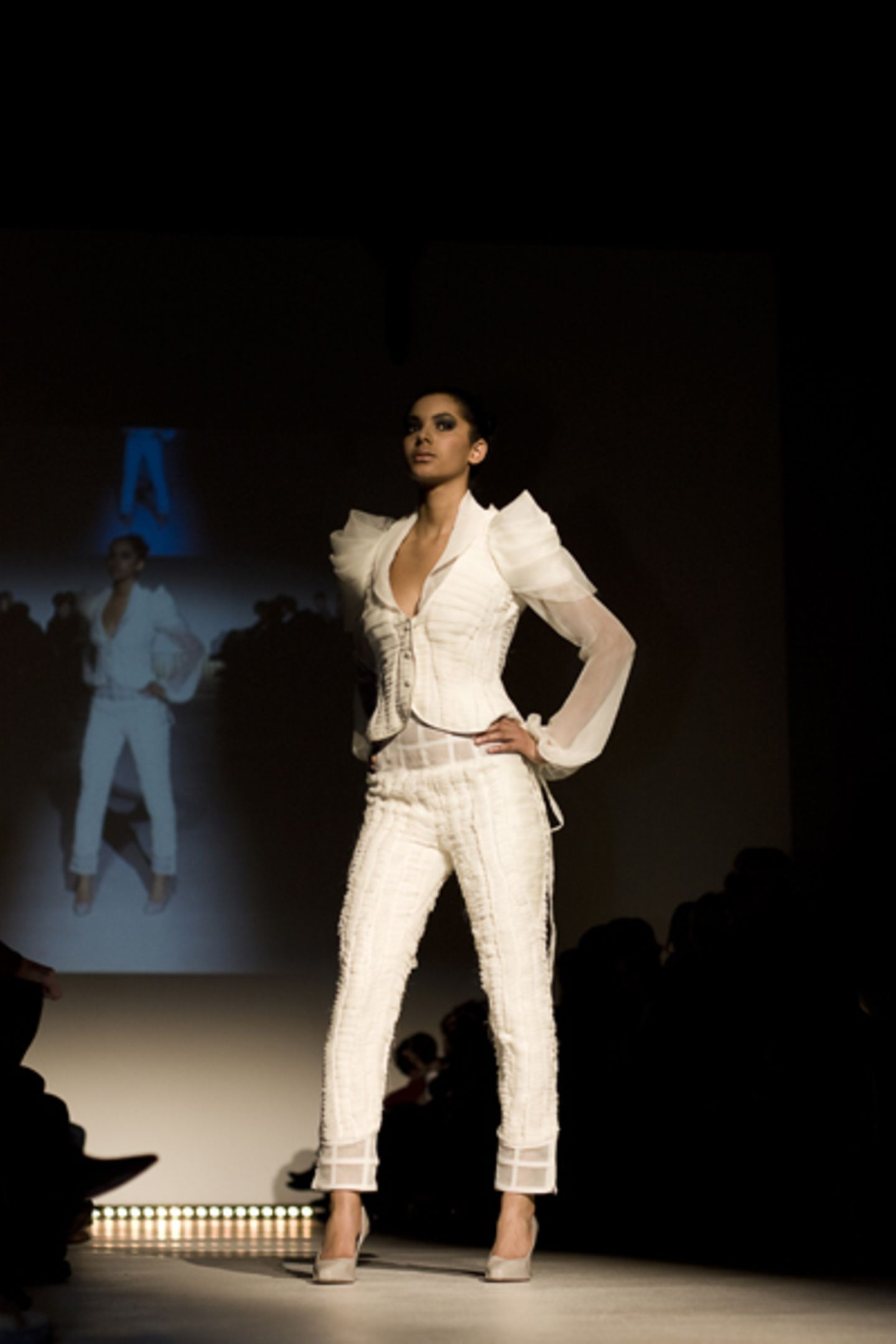 Jessie Atkinson und Leonhard Daizo Bachmann Neben den Abschlusskollektionen präsentierten die Alumni Jessie Atkinson und Leonhard Daizo Bachmann ein einzigartiges Ensemble, mit dem sie es von rund 12.300 Bewerbern für die Tokio Fashion Week unter die besten Zwanzig geschafft haben. Den Traum in Plissées präsentierten sie nun erstmalig in Deutschland.