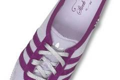 Schmaler Turnschuh mit Streifen in angesagtem Lila aus der Sleek Series von Adidas, ca. 74,99 Euro. Über www.frontlineshop.com