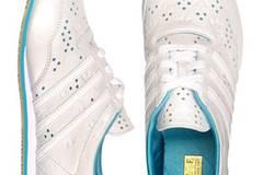 Weißer Sneaker mit angesagtem Lochmuster von Adidas, um 74,99 Euro. Über www.frontlineshop.com