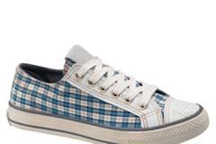 Sneaker in trendigem Karo-Muster von Deichmann, ca. 14,90 Euro.