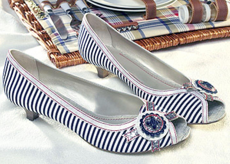 Blau/Weiß gestreifter Textil-Peep-Toe mit Schnalle; in den Größen 36-41, 19,90 Euro; von Deichmann