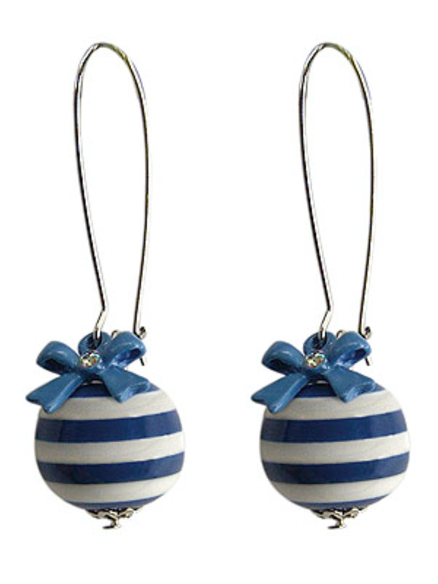 Ohrringe aus blau-weiß gestreiften Kunststoff-Kugeln mit blauen Schleifchen; 3,95 Euro; von Deichmann