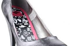 High-Heel-Pump von Rocket Dog mit ca. 10 cm hohem Pfennigabsatz. Das Obermaterial ist aus silbernem Kunstleder. Das Fußbett ist gepolstert und die Laufsohle ist schwarzem Gummi, ca. 59,90 Euro über www.kolibrishop.com
