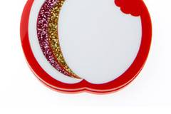 Apfelkette aus Plexiglas von Steven Shein, um 35 Euro. Über www.stevenshein.com.