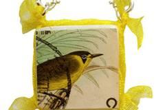 Kette mit Vogel-Briefmarke. Handgemachtes Unikat von Blue Eyed Girl, um 40 Euro. Über www.blueeyedgirl.de.