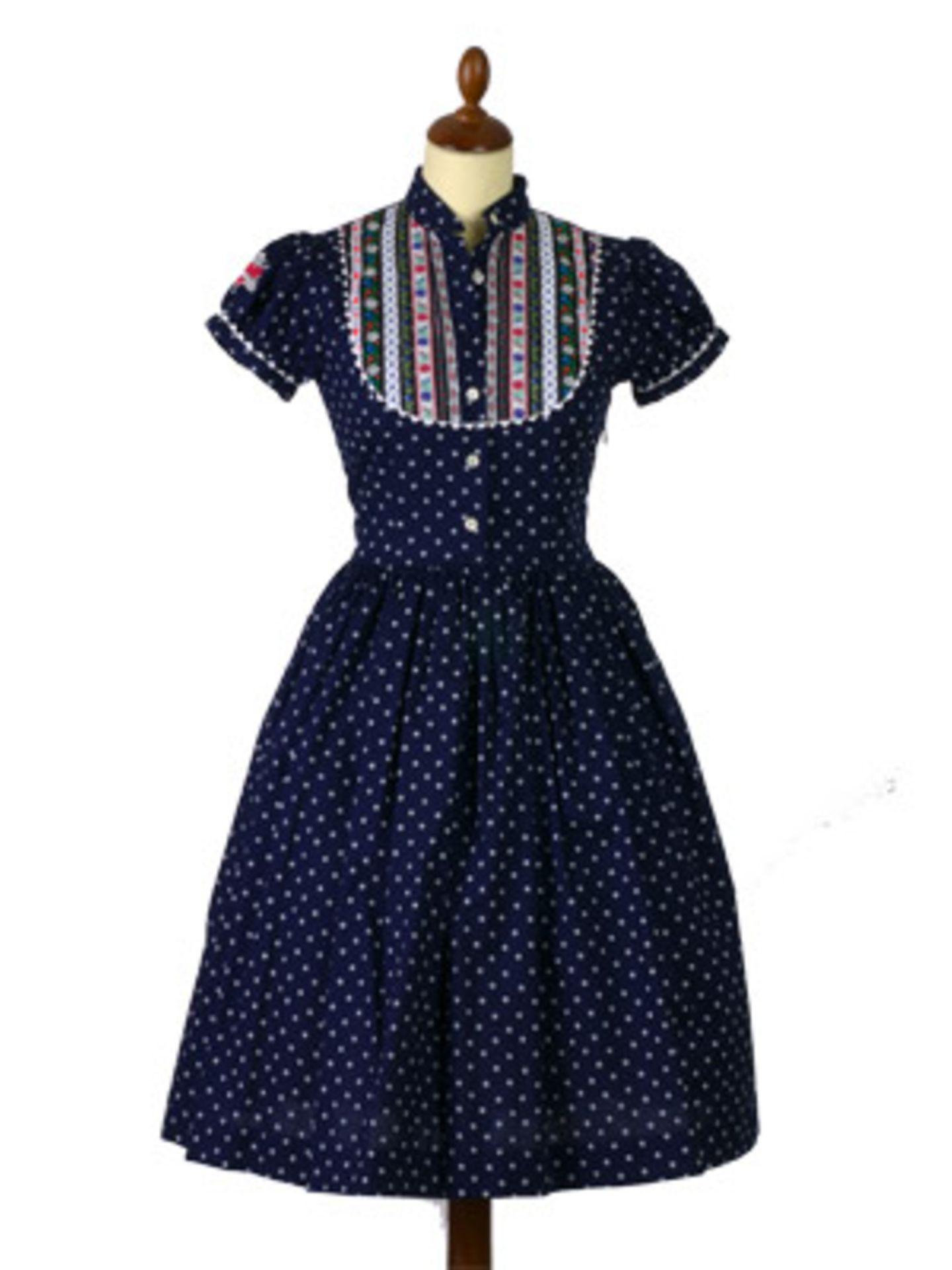 Schlichtes Dirndl-Kleid in dunklem Blau von Lena Hoschek. Um 350 Euro.