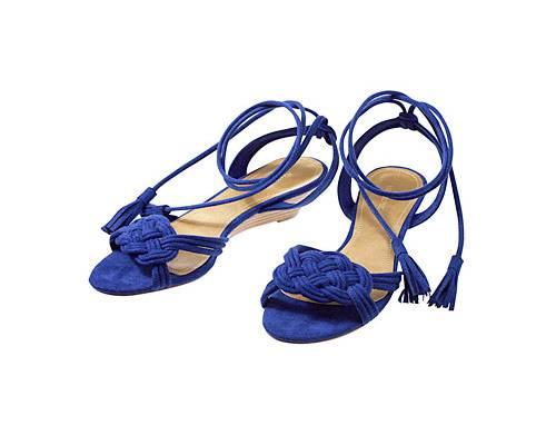 Blaues Wunder! Gleich zwei Trends auf einmal: Veloursleder und Knallfarben. Royalblaue, geflochtene Wildleder-Sandalen von H&M, ca. 20 Euro. Hübsch: Der leichte Absatz und die Troddel-Bänder zum Schnüren!