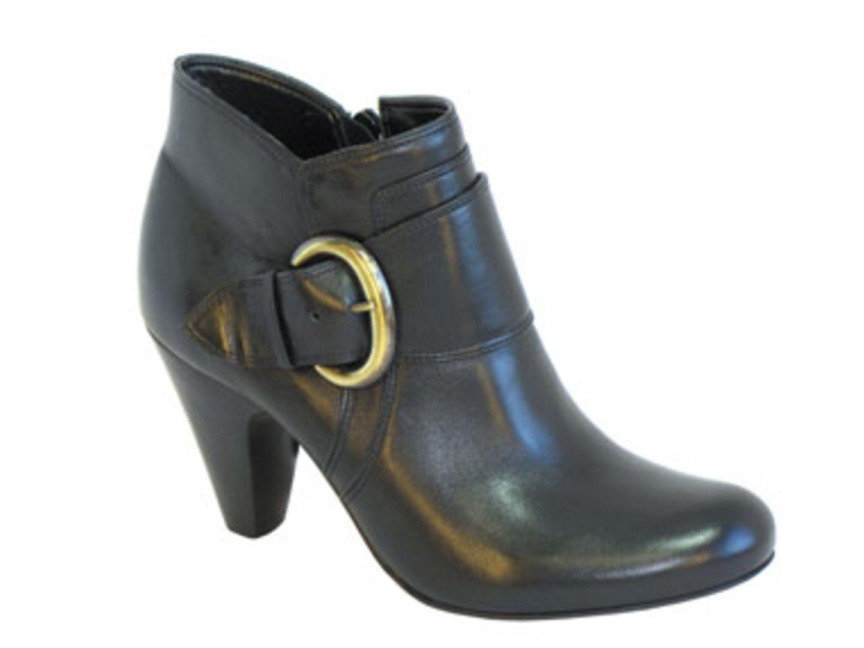 Runder kurzer Stiefel mit kupferfarbener Zierschnalle an der Seite; 119,90 Euro; von Buffalo