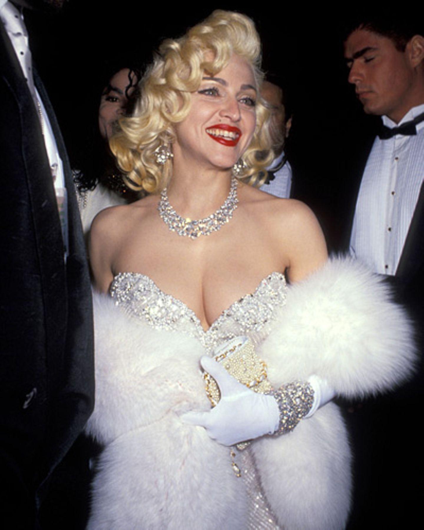 ... verkleidet als Stilikone Marilyn Monroe Denn ähnlich wie Paris Hilton erschien auch Madonna einst mit roten Lippen, blonden Locken, Pelzstola und vielen Diamanten vor der Kamera der Fotografen. Und dachte dabei sogar an den Schönheitsfleck, den Paris Hilton im Eifer des Gefechts scheinbar vergessen hatte.