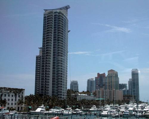 So kennt man Miami aus dem Fernsehen: Palmen, schnelle Boote und Hochhäuser mit Sonnenbrillen.