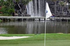 """Viele Urlauber kommen vornehmlich zum Golfen nach Florida. Wegen des ganzjährig warmen Wetters im """"Sunshine-State"""" ist das auch im Winter möglich – etwa auf dem Golfplatz des Fairmont Turnberry Isle Hotels. Hier spielt man vor künstlichen Wasserfällen ..."""