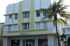 Häuser wie Sahnetorten. Im Miami der Dreißigerjahre entstand ein ganz eigener Typ des Art Déco: Häuser in Pastellfarben – mit Schiffssilhouetten und Augenbrauen-artigen Überbauten als Sonnenschutz über den Fenstern.