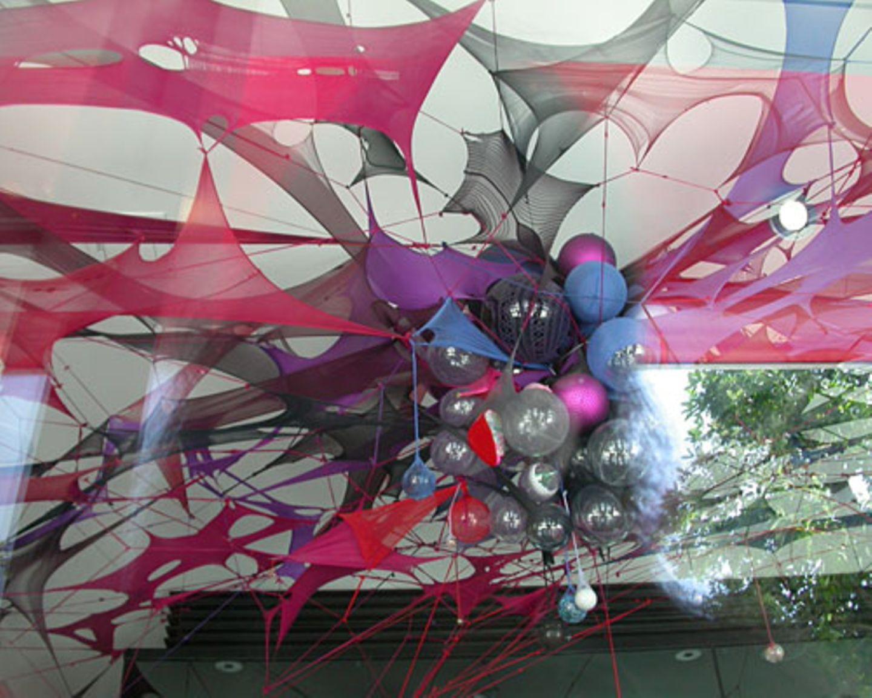 Dieses Kunstwerk hängt an der Decke eines Galerie-Schaufensters im Design District. Unter anderem besteht es aus Netzstrumpfhosen und Weihnachtskugeln.