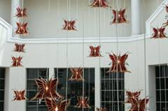 """Dazwischen findet sich aber auch immer wieder """"Kunst im öffentlichen Raum"""" wie diese riesigen Acryl-Schmetterlinge."""