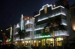 Und so kennt man es aus Nachtszenen im TV: Art Déco-Häuser des schicken Ocean Drive in South Beach.