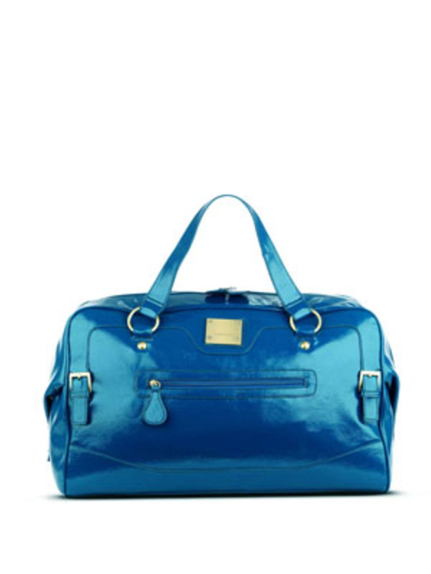 Geräumige Reisetasche im angesagten Metallic-Look von Fiorelli, um 115 Euro.