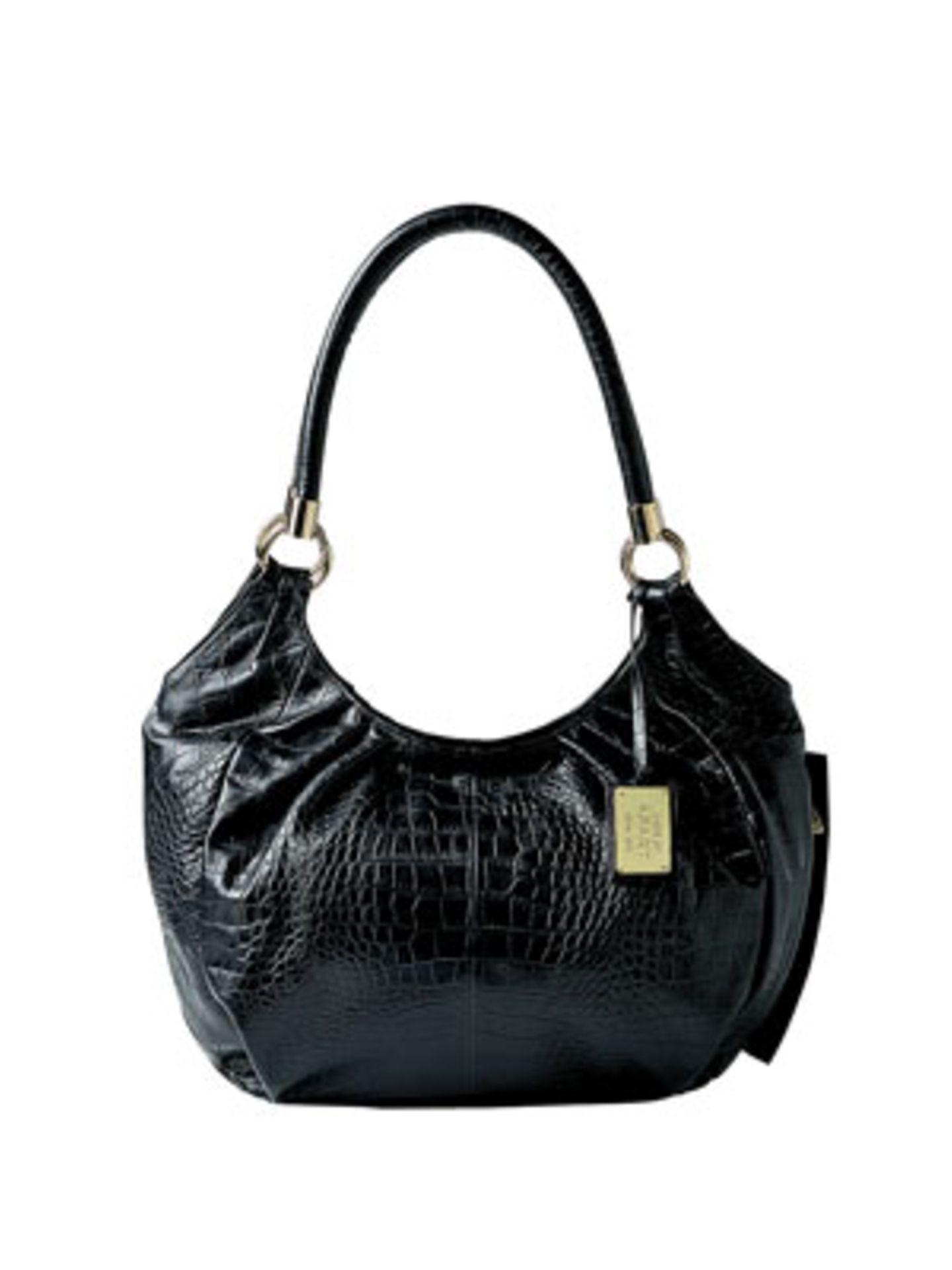 Geräumige XXL-Tasche im schwarzen Glanz-Kroko-Look von Apart, um 150 Euro. Über www.apart-accessoires.de.