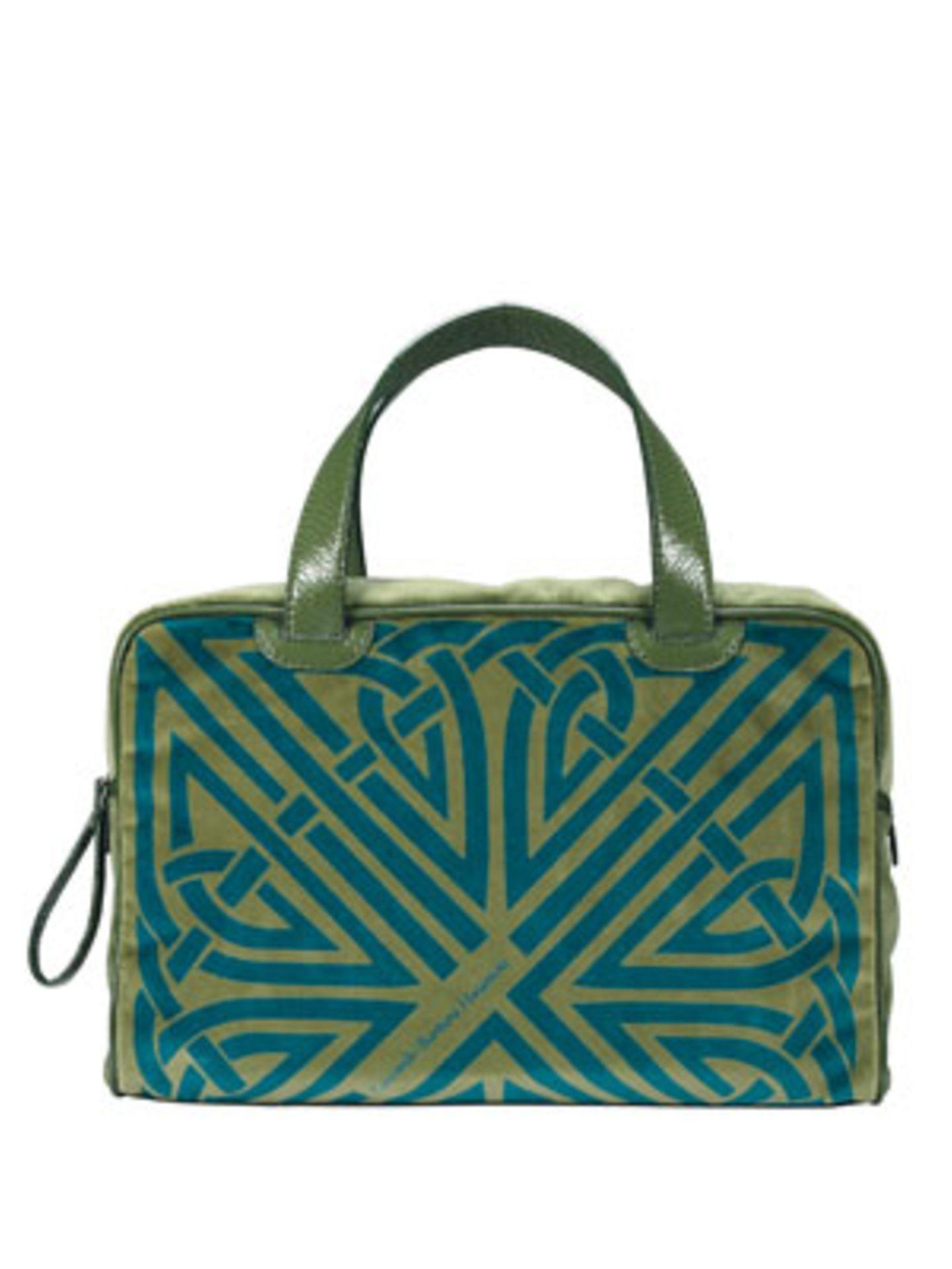 Dieser schöne grüne XL-Shopper entstand in Zusammenarbeit des renommierten Taschen-Labels Coccinelle mit der Designerin Barbara Hulanicki. Um 210 Euro.