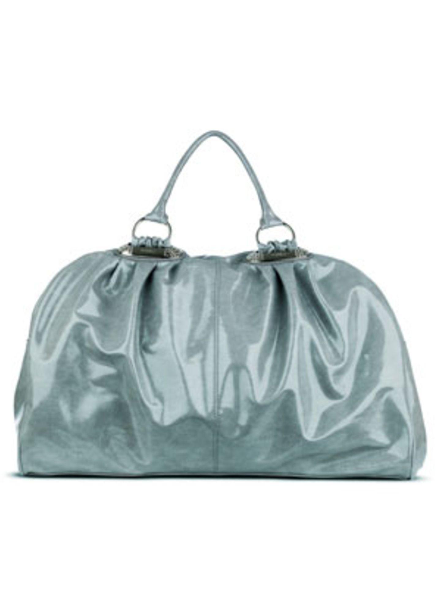 Perfekt für ein verlängertes Wochenende mit Freunden: Schicke Reisetasche im Metallic-Look von Fiorelli, um 110 Euro.