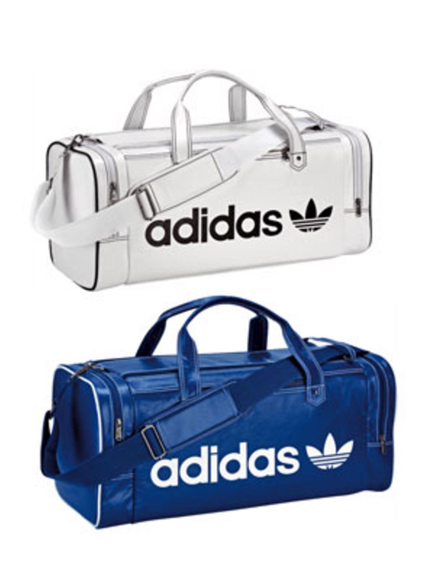 Sportlich-schicker Klassiker: Reisetasche von Adidas Originals aus Leder, hier in Blau und in Weiß. Auch in Schwarz und Rot erhältlich. Je um 75 Euro.