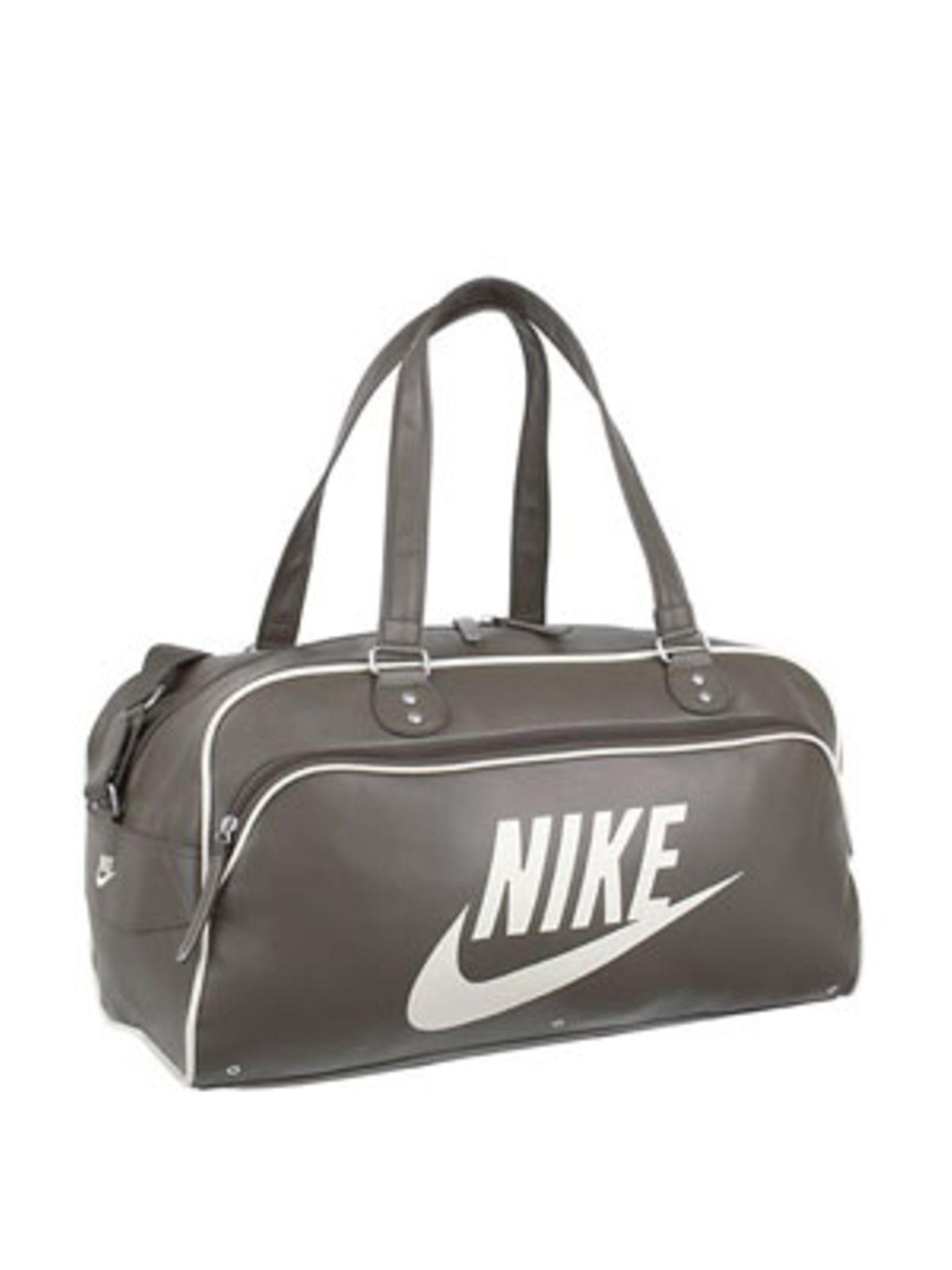 Reisetasche aus Leder in Grau von Nike, um 50 Euro. Über www.taschenkaufhaus.de.