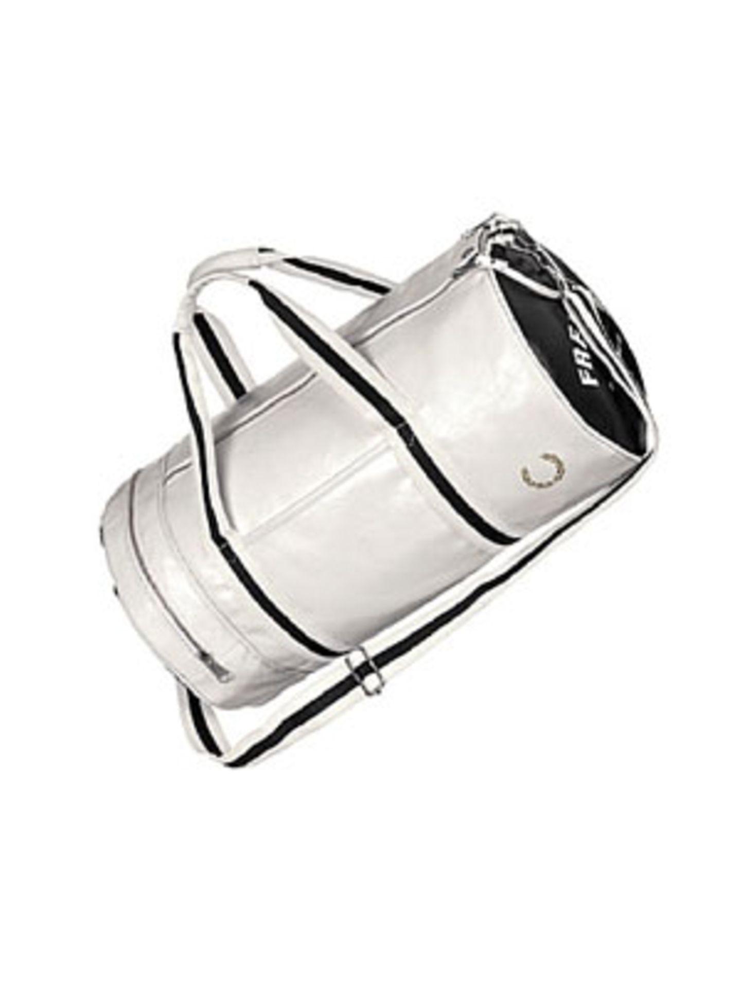 Stylische Reisetasche in Schwarz-Weiß mit langem Schulterriemen von Fred Perry, um 60 Euro. Über www.frontlineshop.com.