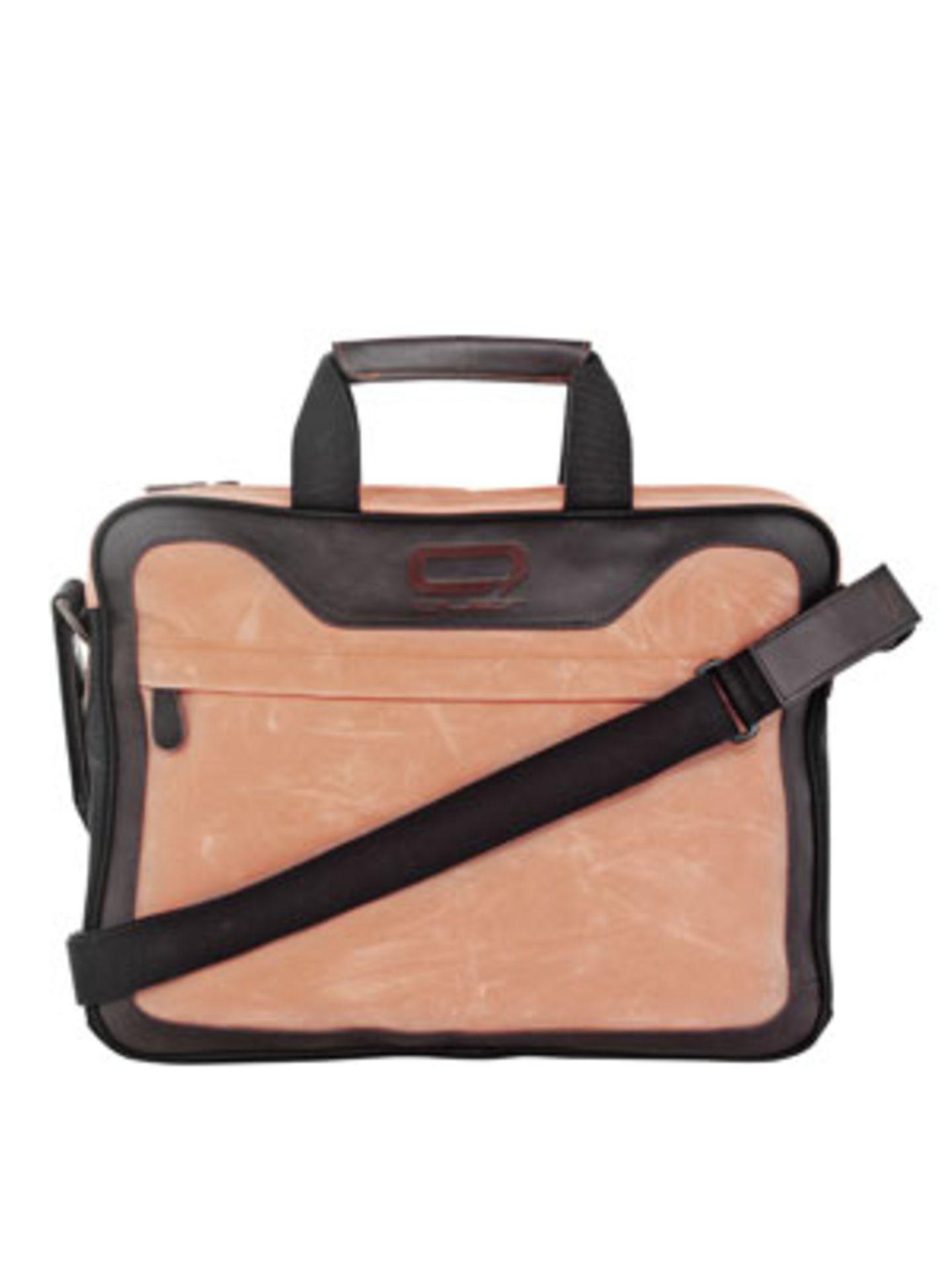 """Laptop-Tasche """"Querworker"""" in Apricot aus Leder von Quer, um 90 Euro."""