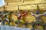 Mosaikbesetzte Tempelwächter in der Tempelanlage Wat Phra Kaeo in Bangkok.
