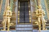 Viele Tempel werden von einem oder mehreren prunkvollen Tempelwächtern bewacht.