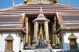 Viele der Dächer und Statuen sind mit echtem Gold überzogen. Der Besuch von Wat Phra Kaeo gehört zum absoluten Pflichtprogramm für Touristen in Bangkok.