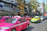 Durch die Straßen Bangkoks schlängeln sich bunte Taxis. Die Regierung stattet diese Autos mit umweltfreundlichen Gasmotoren aus. Aber natürlich hängt trotz allem immer der dichte Smog über der Stadt.
