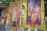 König Bhumibol und seine Frau Sirikit sind die thailändischen Nationalhelden. An jeder Ecke finden sich Bilder der beiden. Natürlich immer in üppigen goldenen Rahmen mit ordentlich Schischi.