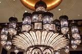 In den unbeschreiblichen Empfangshallen der Hotels dürfen die gigantischen Kronleuchter nicht fehlen.