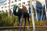 Eine bunte Kamel-Statue vor dem Jumeirah Hotel