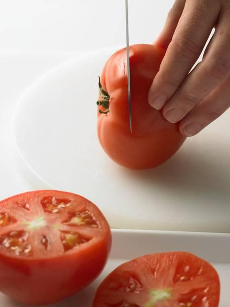 Tomaten putzen und aufschneiden