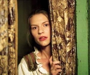 Maria lauert hinter dem Vorhang, um ja keine Szene von Desdemona zu verpassen