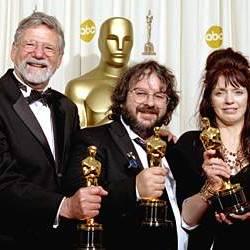 ... sondern auch Ehefrau Fran Walsh und Barrie M. Osborne (l.), die den Film mitproduziert haben.